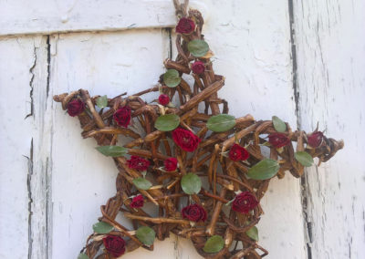 Red rose and green leaf wicker star wall decoration - Dried Flowers